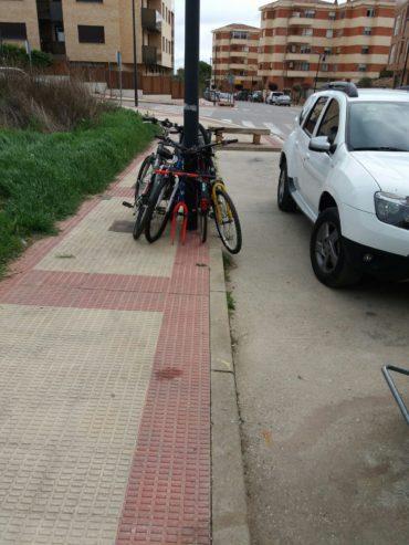 Bicicletas en la acera en Villamediana